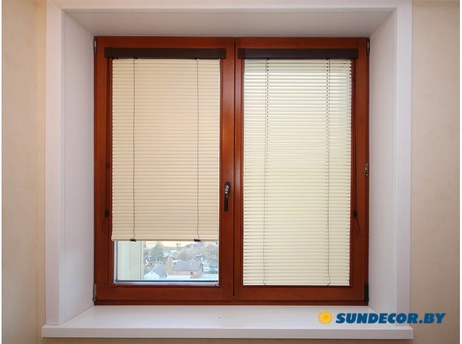 Жалюзи Isotra на деревянное окно